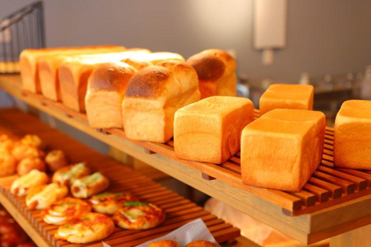 上段が3種類の食パン。奥が『パン・ド・ミ』