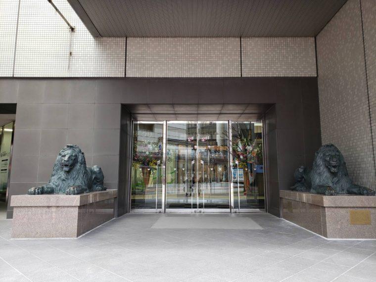 新天地でも威風堂々と佇むライオン像。土台の御影石は阿賀野市産の草水石(桜御影石)だそうです
