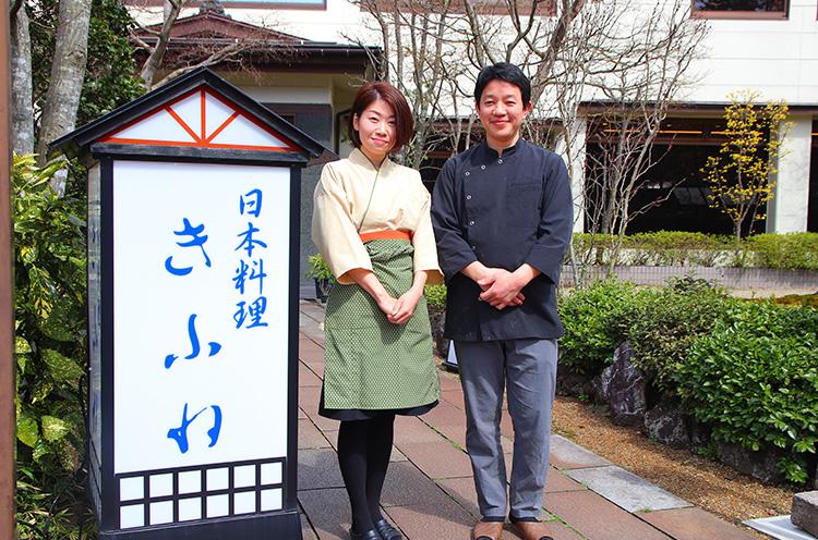 「新緑を眺めながら、のんびり寛ぎにお立ち寄りください」と総料理長の佐藤康夫さんと奥様