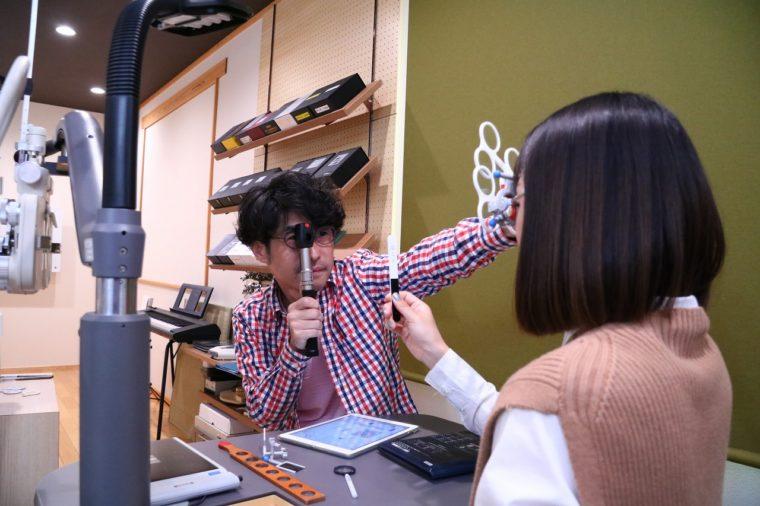オーナーの長谷川 毅さん。適切な視力測定、ライフスタイルに合ったレンズとフレーム選び、フィッティングなどの技術を持つ認定眼鏡士