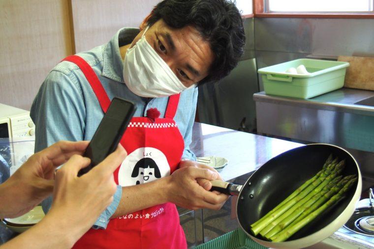 村山先生からレシピのリモート指示を受ける飛田アナ