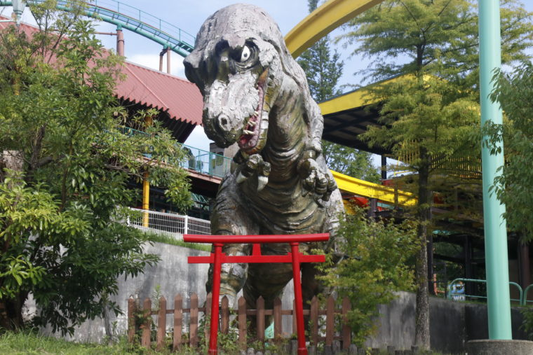 謎の恐竜神社もありました