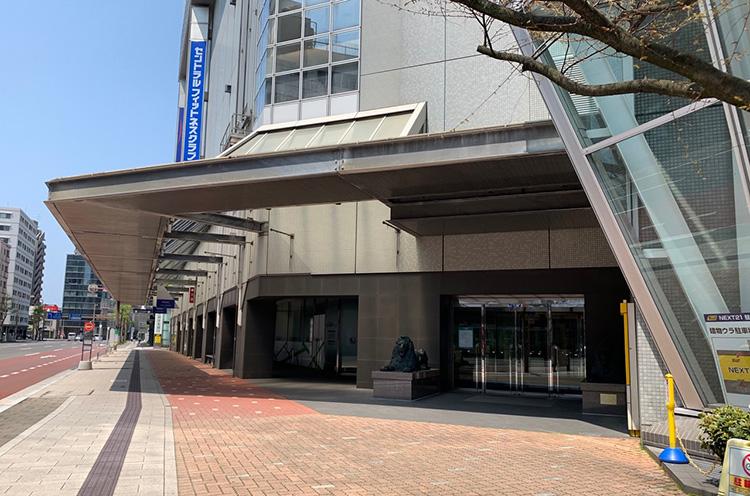 いわゆるNEXT21の正面出入口ではなく、柾谷小路に面した出入口です
