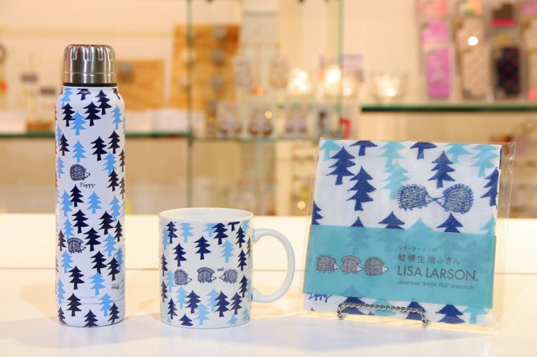 こちらも新作の「はりねずみの森」シリーズ。左から水筒4,730円、マグカップ2,200円、ふきん660円(税込)