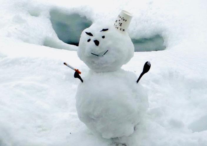 撮影中に見つけた「タバコを吸う雪だるま」。美術スタッフが早業で作ったものです。帽子には「ケルベロス肖像 2014.3.29公開」と書いてありました!