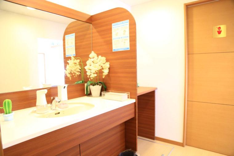 まるでホテルのパウダールームのような雰囲気。お手洗いは男女別で、女性用にはベビーベッドを設置