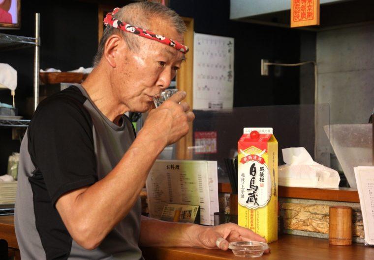 「普段、営業時間中は飲まないんだけどね(笑)」と佐藤さん。無理強いしてすみません!