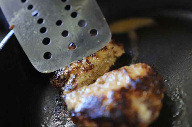 割ってみるとしっかり火が通っていて、中から肉汁がジュワッ! こんなハンバーグ作りたい!!