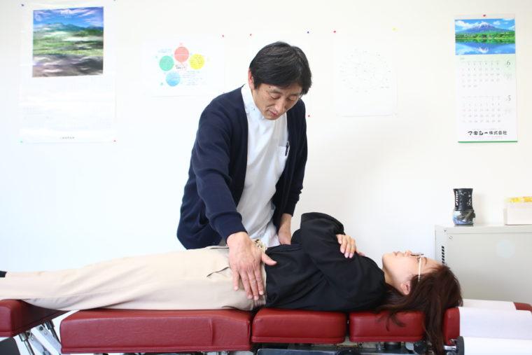 トムソンベッドを用いて身体の軸である骨盤や背骨のゆがみを矯正する。
