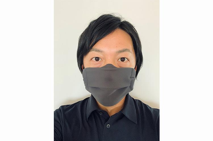 「これからの暑い時期も、徐々にこのマスクで慣れていってもらえれば。夏以外にも、一年中快適にご使用できますよ」と語る製造元の村田社長