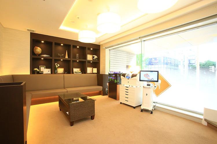 カフェのように明るく居心地のいい待合室。
