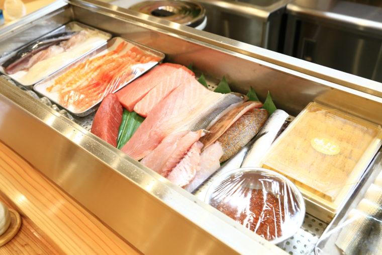ネタケースには新鮮な魚介がたくさん!