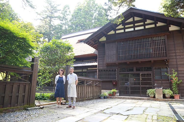 お店を営む料理研究家・酒井里香さんと夫の宏明さん。こちらの雰囲気に合った素敵なご夫婦です