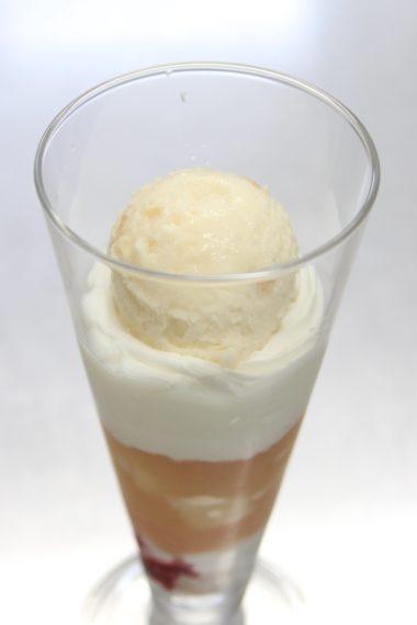 そして杏仁豆腐と生クリームの上に、桃のアイスがオン!