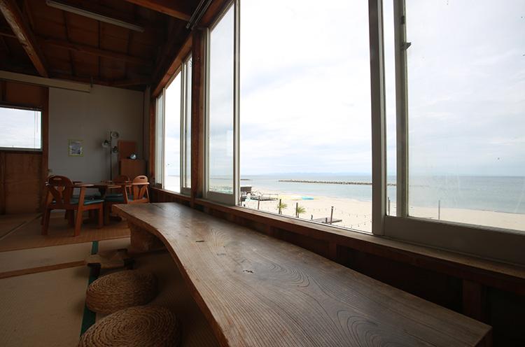 2階は小さな子ども連れに人気の座敷席。窓からは海を見下ろすことができます