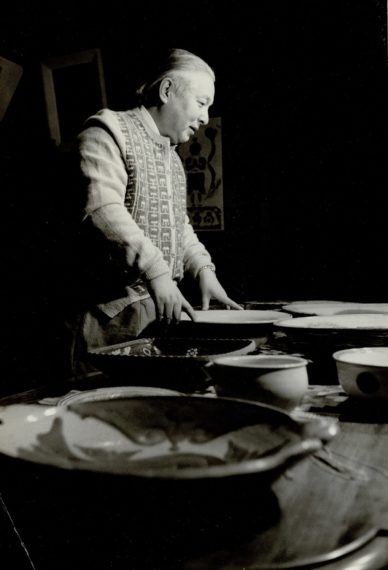 「自身の陶磁器コレクションを眺める式場隆三郎」個人蔵