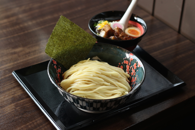 ずっしり存在感のある自家製太麺!