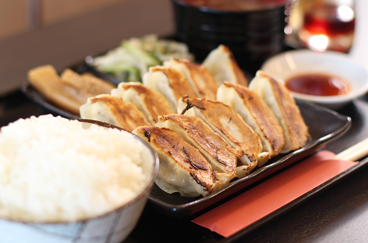『焼き餃子定食』。ライス、お手製のお惣菜2品、スープ付き