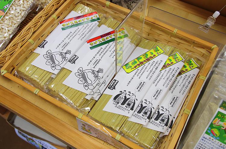 ダッタンそば粉を使ったそばの乾麺やパスタのお土産も販売