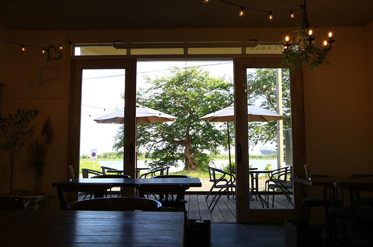 鳥屋野潟を渡る風が心地よいカフェ。四季折々の美しい景観を楽しめる