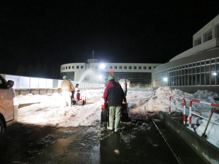 撮影前夜の長岡大学。ハンドロータリー除雪機を駆使し、コンクリートが見えなくなるまで雪を敷き詰めました。仕上げは手作業でした