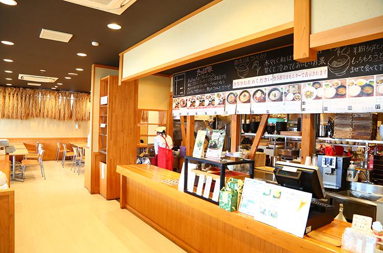 ちゃわんめしたっぽ家店内。ご飯が主役のお店らしく、店内には稲が飾られている。まずは食券を購入しよう