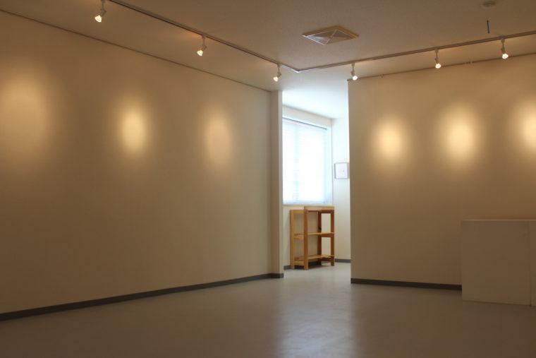 医学町画廊。こちらは2階スペースで床面積は約30㎡。うつわなどの物販コーナーも設けられます。レンタルは1日11,000円(税抜)。6日単位での貸し出し