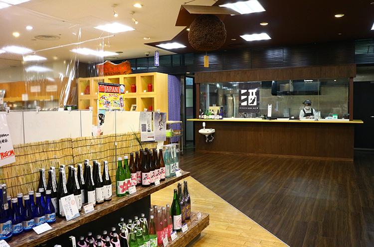 人気商品の新潟ふるさと村オリジナル酒『潟王』をはじめ、県内蔵元の酒がズラリ勢揃いする酒コーナー。今夏、地酒の飲み比べができる「酒バー」が改装されたばかり