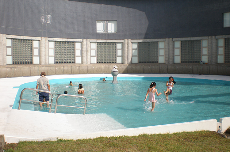 8月から9月末まで開放されている水遊び場は、子どもたちで大賑わい! 水深は30センチほど。無料で利用できます