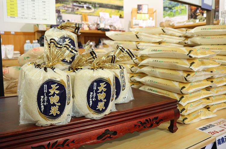 四季味わい館のおすすめ商品『天地米』。おいしいお米として名高い塩沢産コシ ヒカリ100%。市外・県外からこれを目当てに足を運ぶ人多数! 1kg800 円(税込)~。新米は10月発売