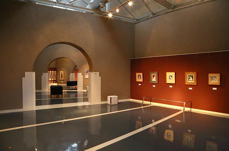2階のアートステーション。棟方志功の作品の常設展示をはじめ、企画展示などの展覧会を実施。開館時間は9:00~17:00(入館受付時間は~16:30)。入館料は一般500円、小・中・高校生250円