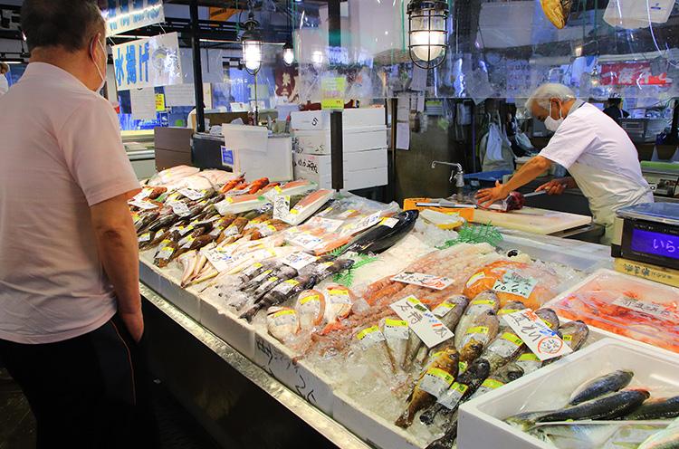 鮮魚コーナー。三枚おろしなどの調理もおまかせ