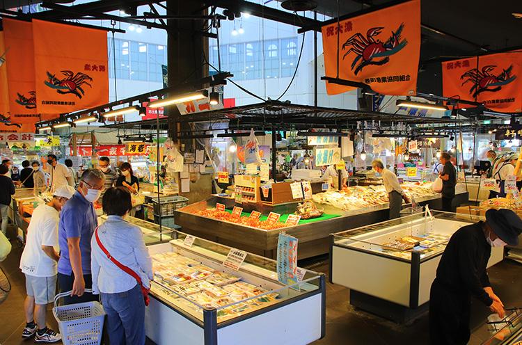 鮮魚センター マリーン 店内。商品がもっとも充実するのは11時頃