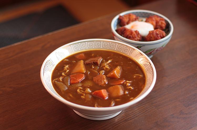 カレーと好相性 。歯ごたえのある中細麺は自家製麺です。『カレーラーメン 』(890円)