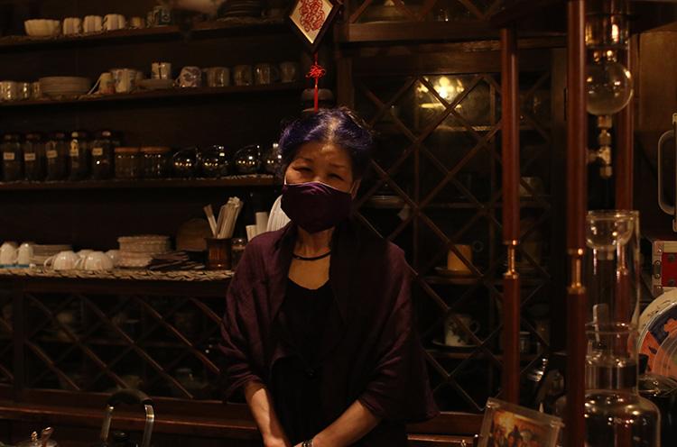 フランス語で紫を意味する店名を体現する、紫色が大好きなママ・吉岡明美さん