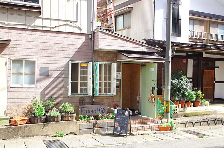 Room106 外観。お店は六日町の商店街から少し入った場所にあります