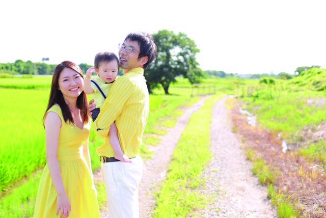 息子の凰世くんが1歳の誕生日のときに家族で撮った記念写真