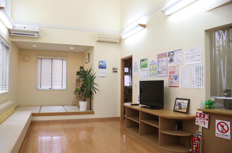 広い待合室は清潔で奥は畳敷きの落ち着いた雰囲気
