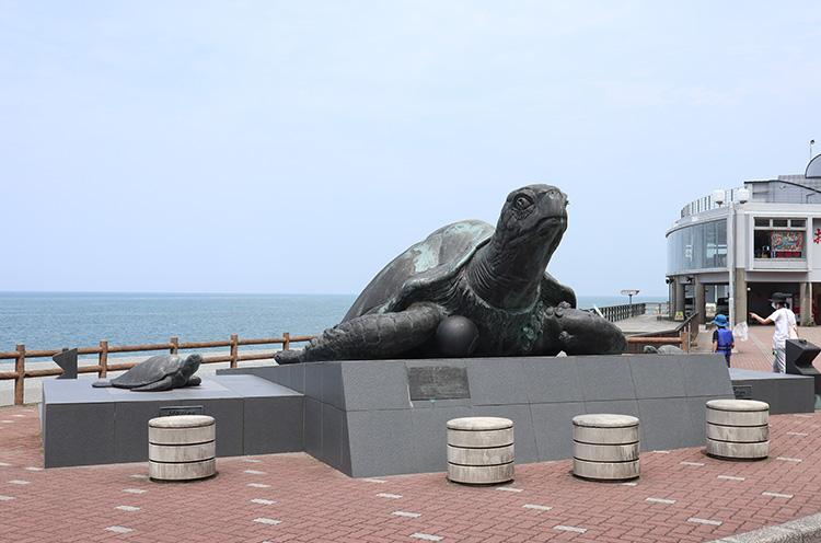 大海亀像「ミリオン」。両サイドには、子亀像の「マリン」と「オリオン」も