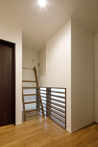 2階ホールから上 がる小屋裏収納