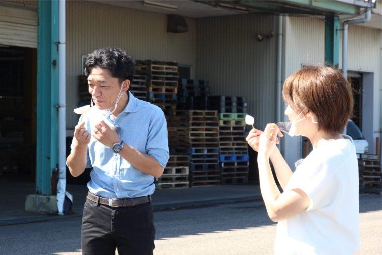 取材冒頭、選果場でJAにいがた南蒲の日本梨を試食する村山先生と飛田アナ。みずみずしさと甘さに感動していました