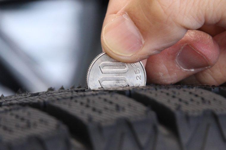 新品のスタッドレスタイヤ。「1」が完全に隠れる状態