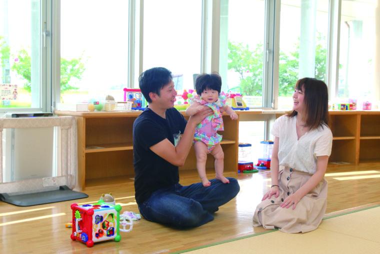 新潟市江南区の八木将紀さん(左)、玲菜ちゃん(中央。生後9ヵ月)、有加さん(右)家族