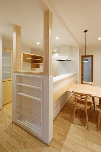 食器棚やTVボード、キッチン脇の飾り棚も造作家具でスッキリ