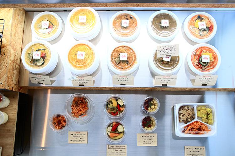 現在もメインはテイク アウト販売。ケースに並ぶカレーは常時6種類。 惣菜も並びます