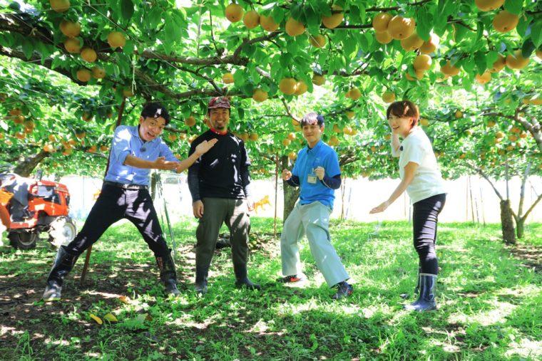 生産者の佐藤さん(中央左)とJAにいがた南蒲の高橋さん(中央右)