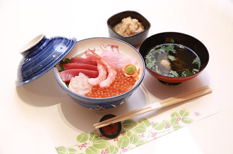 『海鮮はらこ丼』(1,380円税込。小鉢、お吸い物付き)