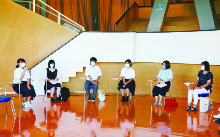 区自治協議会委員と高校生の話し合い