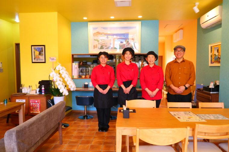 黄色と緑で構成された明るい店内でスタッフの皆さんを。右が店主・松澤藤夫さん、お隣が奥様・友美さん