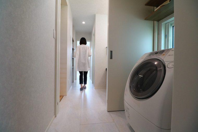 洗濯が終わったら、すぐに隣のサンルームへ